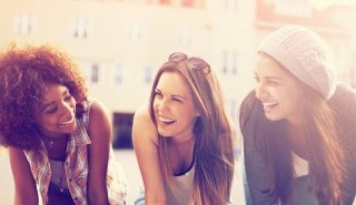 Three friends of curly and smooth hair happily to the page of tips and products for Damaged Hair, Silk.